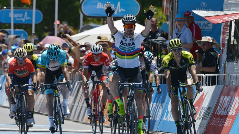 Wereldkampioen Sagan spurt snelst bergaf en neemt leiderstrui over (VIDEO)
