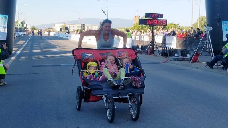 Moeder loopt recordtijd op halve marathon met buggy en 3 kinderen