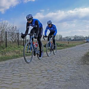 Verkenning Parijs-Roubaix: Wout van Aert maakt kennis met kasseien