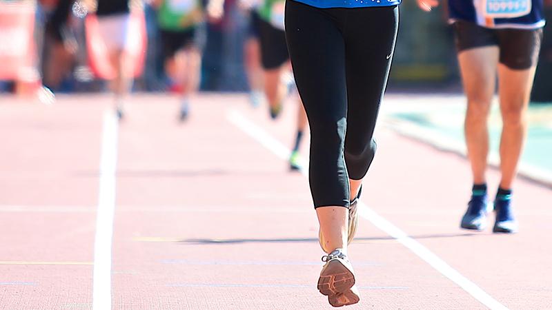 Vrouw overklast alle mannen en wint loopwedstrijd
