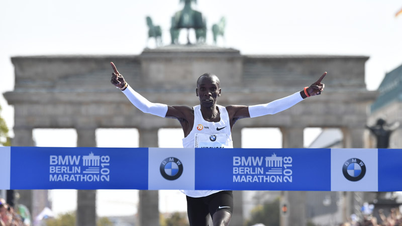 Keniaan Eliud Kipchoge verpulvert wereldrecord in Berlijn