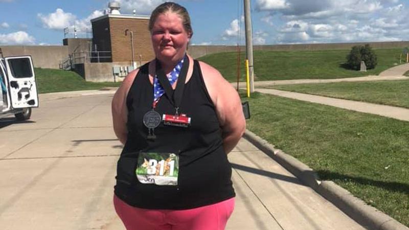 Zwaarste vrouw ooit finisht marathon en bewijst dat iedereen kan lopen