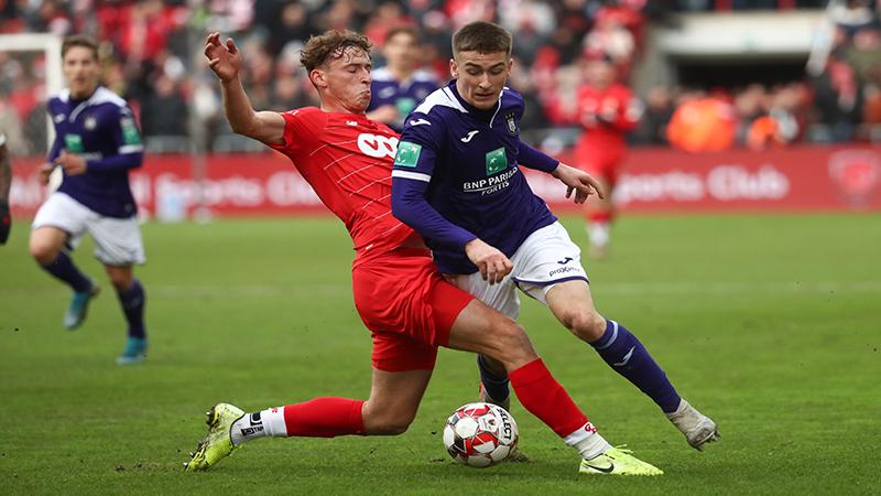Anderlecht kaapt een gevleid punt weg in Luik