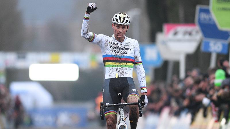 Van der Poel wint na inhaalrace, Van Aert vijfde bij rentree