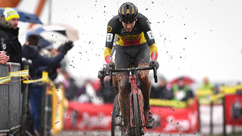 Toon tweede na beklijvende modderstrijd, Corné verdiend mee op podium