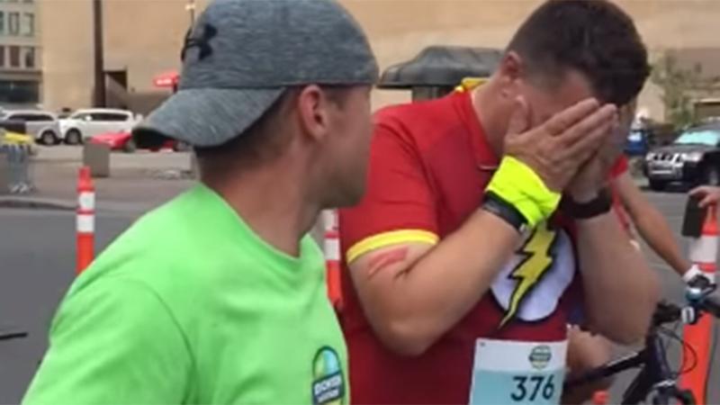 Pakkende finish van laatste loper in de race (video)