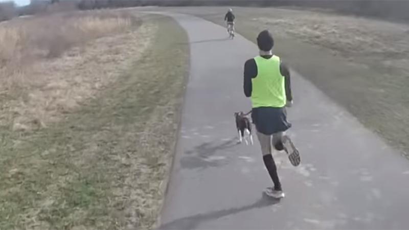 Man loopt snelste mijl ooit met hond (video)