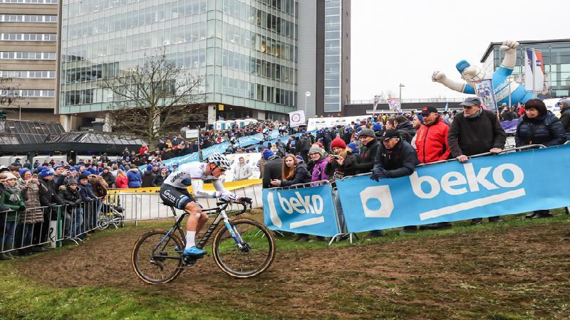Van der Poel wint en vergroot voorsprong in DVV Trofee