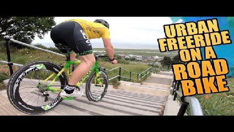 Stunten van trappen en in skatepark met racefiets (VIDEO)