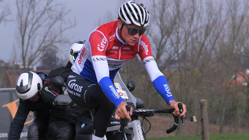 Mathieu van der Poel rijdt solo naar zege in GP Denain