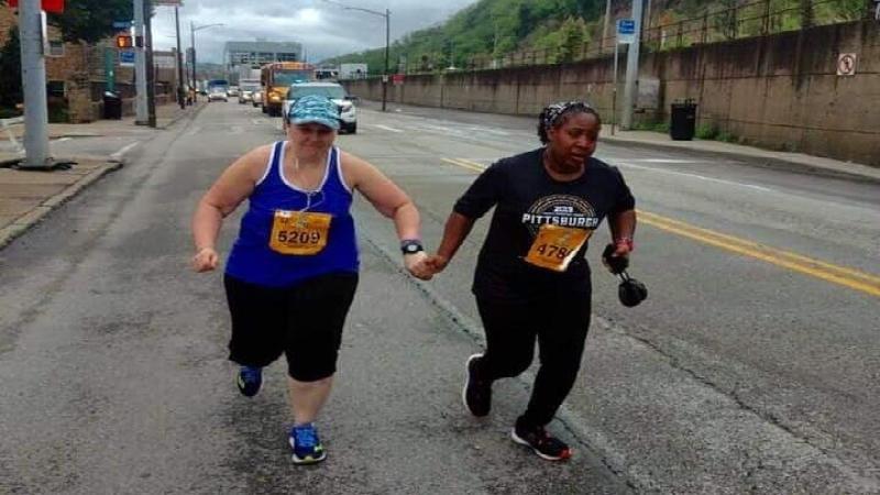 Hartverwarmend: hand in hand over de meet van marathon