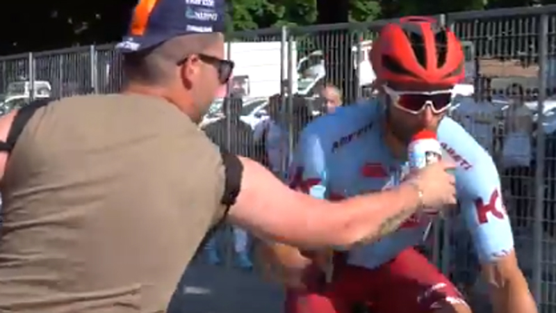 Un 'fan' s'empare du bidon... de la bouche même d'un coureur (VIDEO)