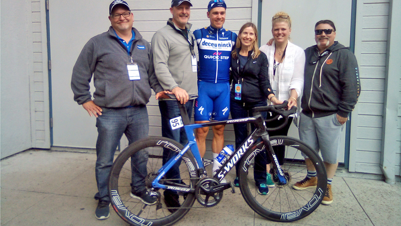 Jakobsen won in Californië met tubeless prototype van Specialized