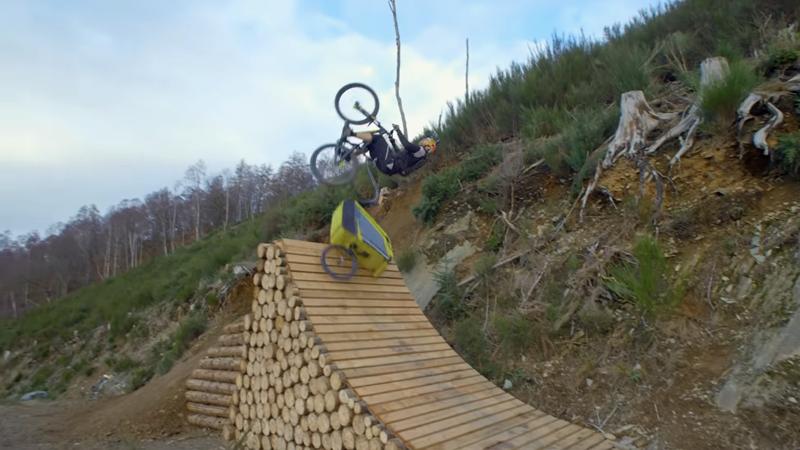 Zelfs met een fietskar achter zijn MTB kan MacAskill het stunten niet laten