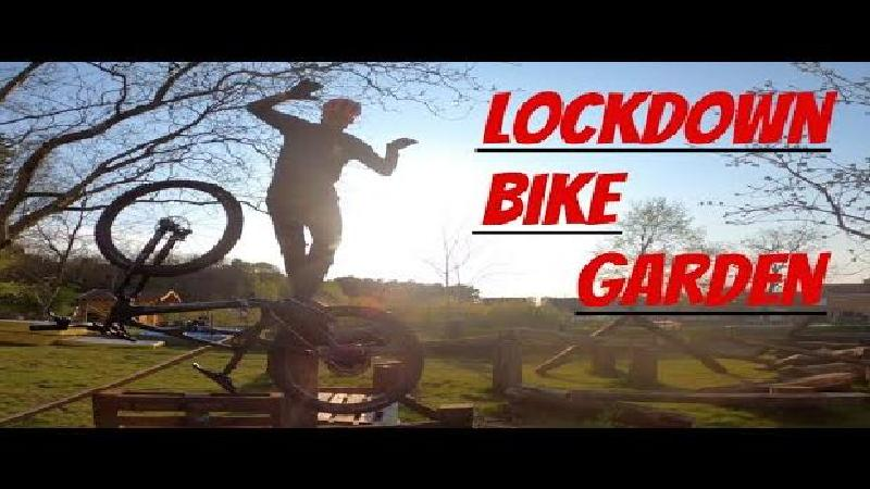 Stunten in eigen tuin in 'Lockdown Bike Garden' (VIDEO)