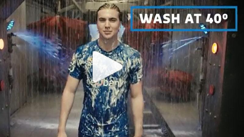 Genk stelt nieuwe shirt voor ... in de carwash (VIDEO)