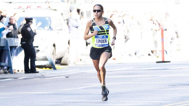Voor het eerst loopt een vrouw 50 kilometer in minder dan 3 uur