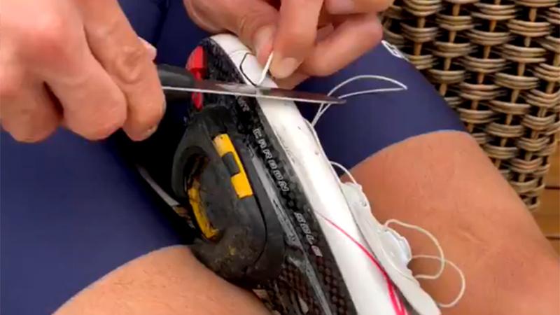 Uran retouche sa chaussure au couteau pour continuer à rouler (VIDEO)