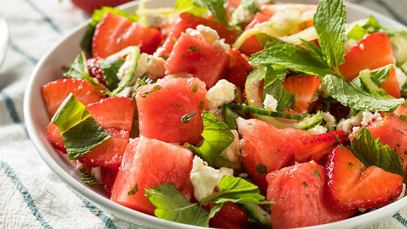 Dit is de beste voeding om nu te eten (+ recept voor seizoenssalade met watermeloen en feta)