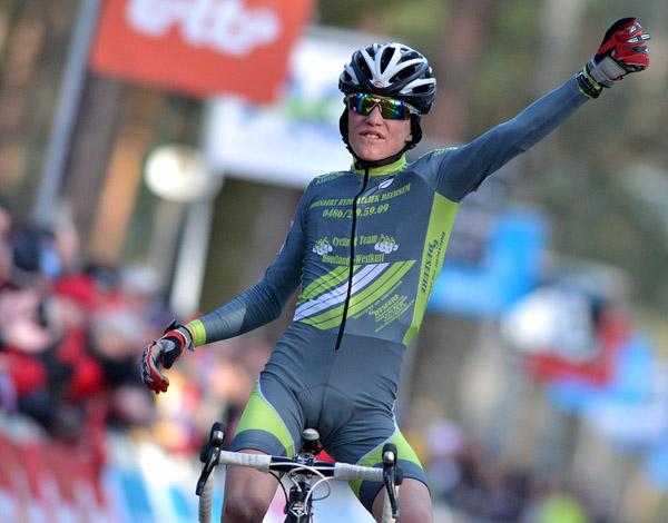 Alessio Dhoore kroonde zich tot Belgisch kampioen bij de eerstejaar ...: www.sport.be/nl/wielrennen/veldrijden/fotospecial/?fotospecial_id...