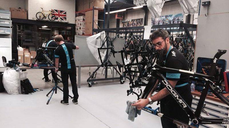 Sky-mecaniciens monteren 80 Pinarello's
