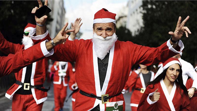 Kerstmannen lopen Santa Run overal ter wereld