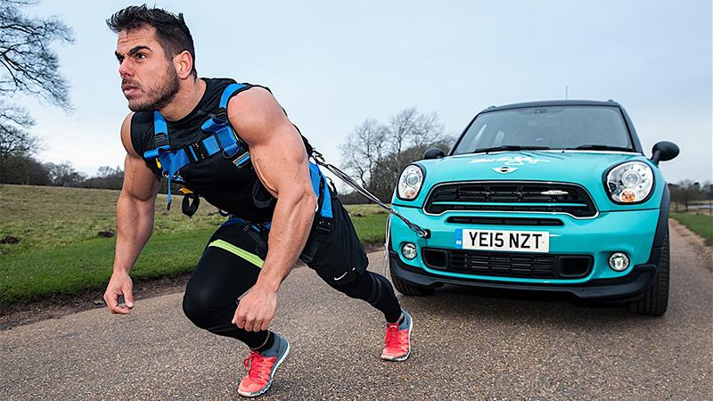 Krachtpatser loopt marathon met auto van 1.500 kilo