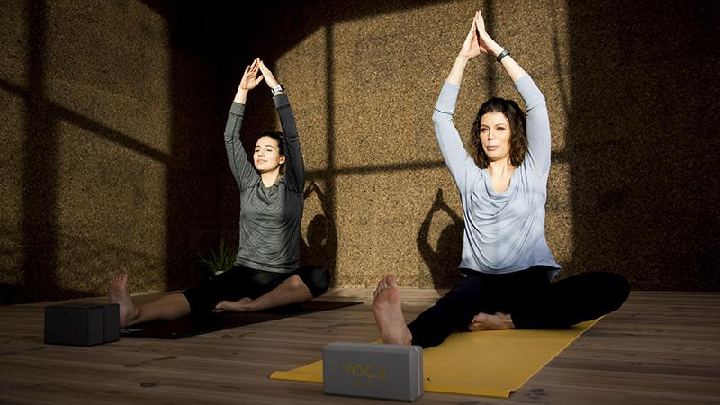 Onze vrouw doet yoga met Evy